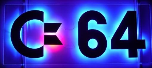 Blau beleuchtetes C64-Logo
